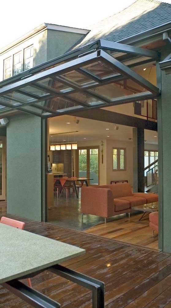 Portão basculante articulado com abertura automática instalado entre a área externa e a interna da casa