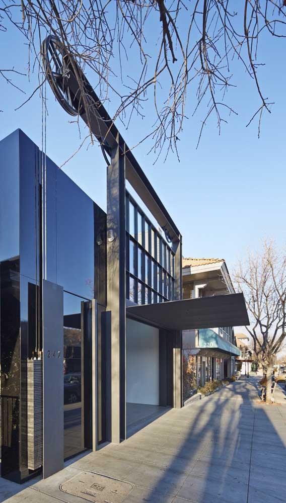 Fachada de casa moderna com portão basculante automatizado