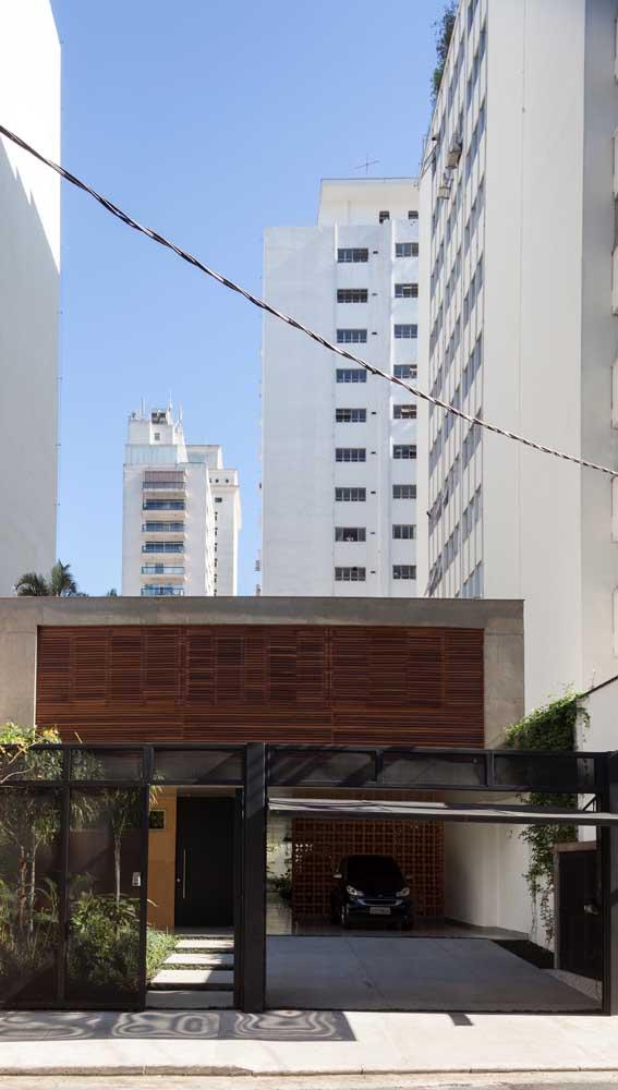 Portão basculante para a garagem. O portão social fica bem ao lado nesse projeto