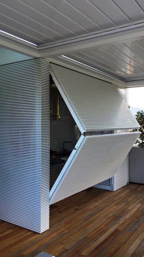 Portão basculante dobrável de alumínio branco em modelo tubular