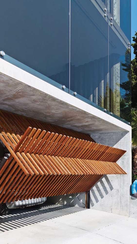 E o que acha desse modelo de portão basculante de madeira? Bem inusitado!