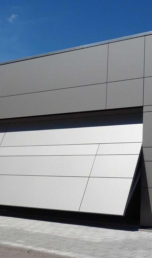 Uma fachada super moderna valorizada pelo portão basculante articulado de alumínio