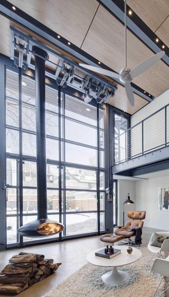 Um projeto super original por aqui. Repare que o portão basculante dobrável garante o acesso direto para a sala de estar da casa