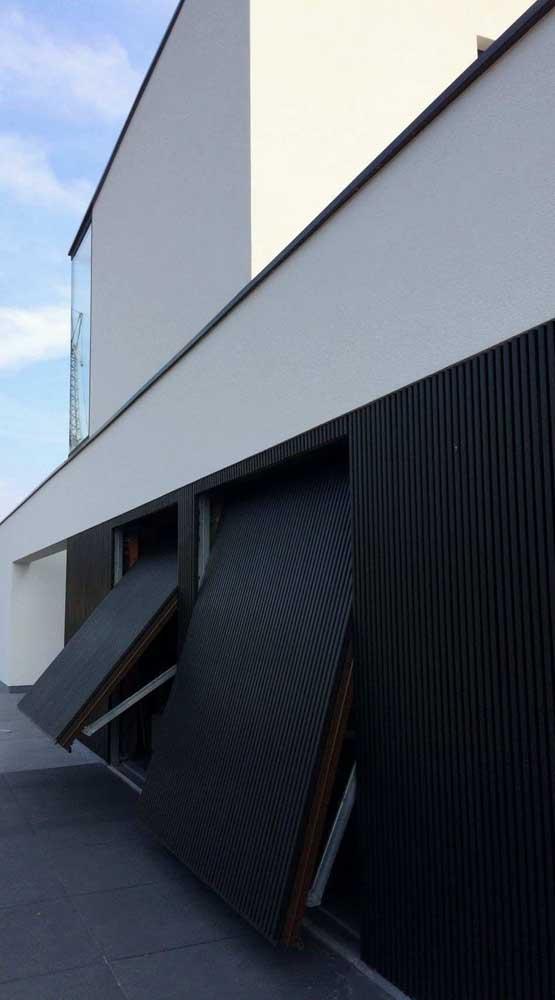 Que tal uma dupla de portões basculantes pretos aí na sua casa?