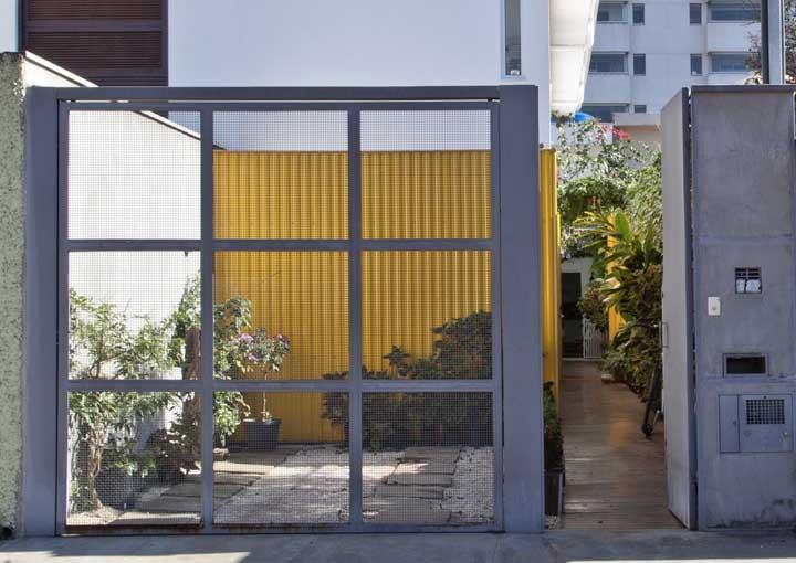 Portão basculante com tela vazada: interior a mostra!