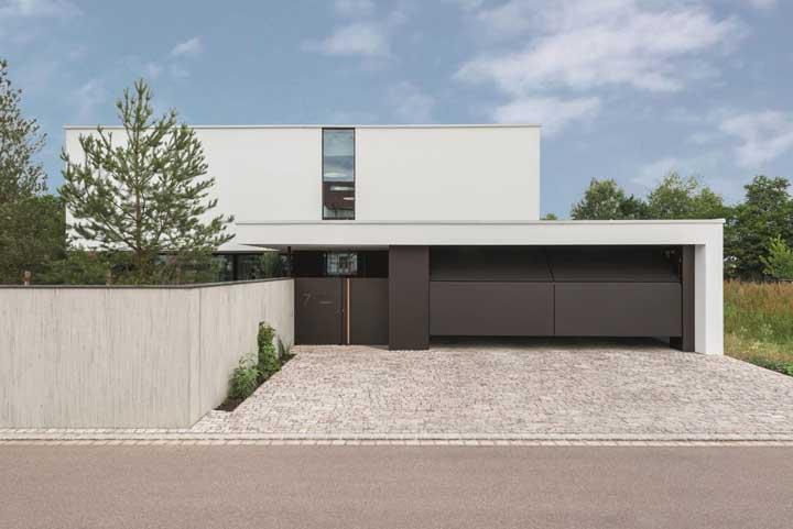 Fachada moderna com portão basculante marrom