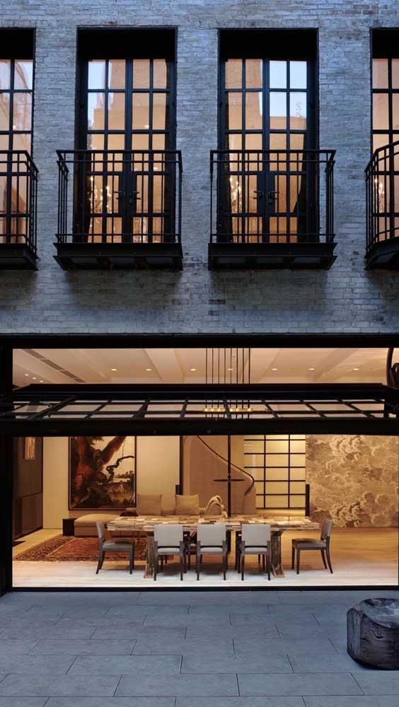 Portão basculante seguindo o mesmo design das janelas