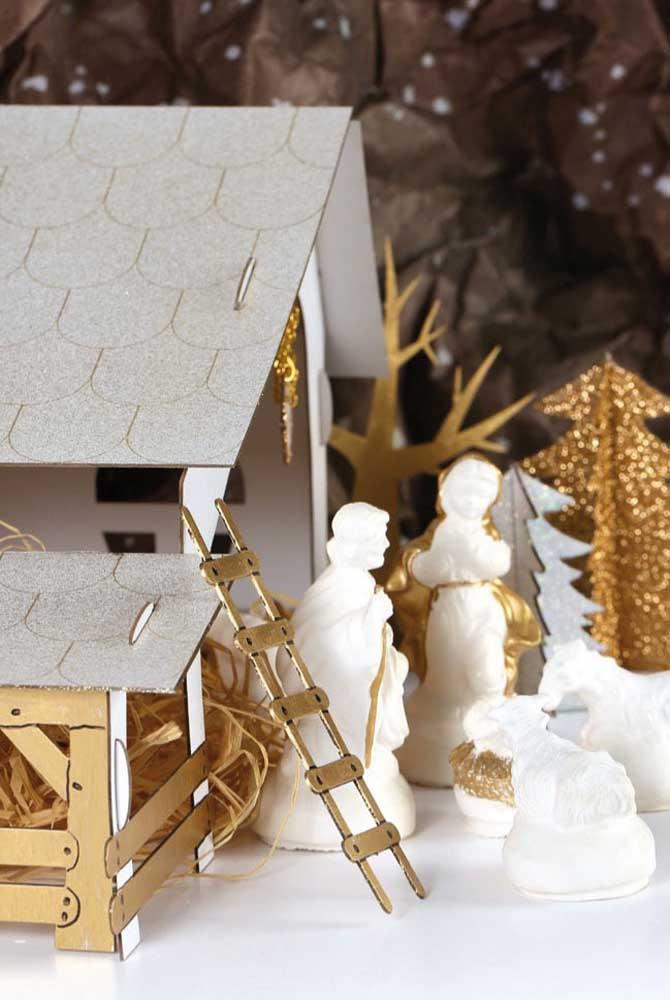 Presépio de MDF e papelão em tons de branco e dourado