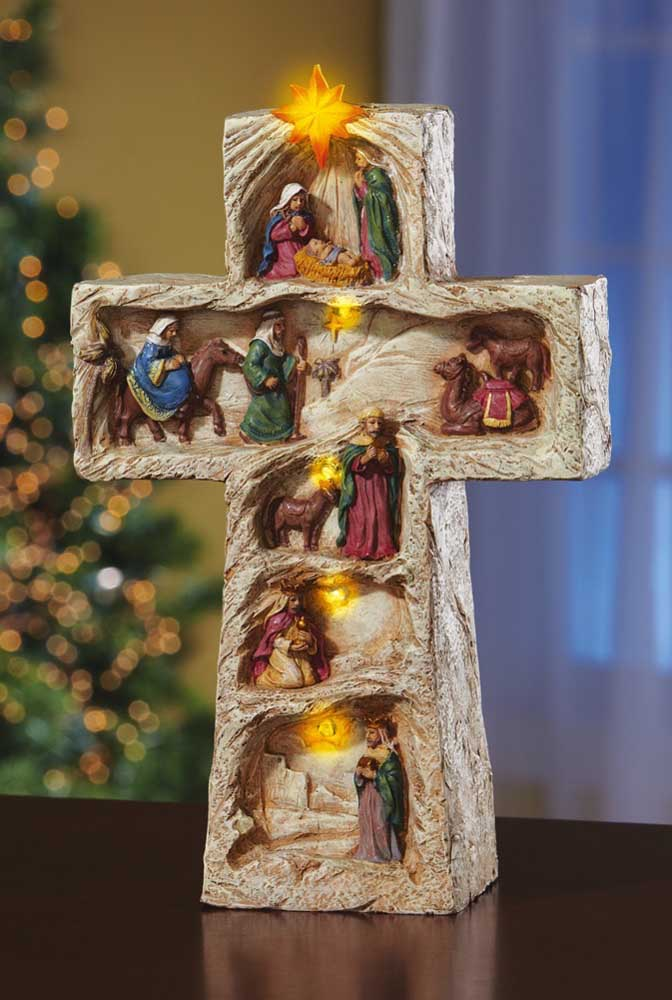 Presépio em formato de cruz. Repare que os três reis magos vem na base da cruz, enquanto a cena de Maria e José chegando ao estábulo aparece no centro. O nascimento do menino Jesus é simbolizado na parte superior da cruz