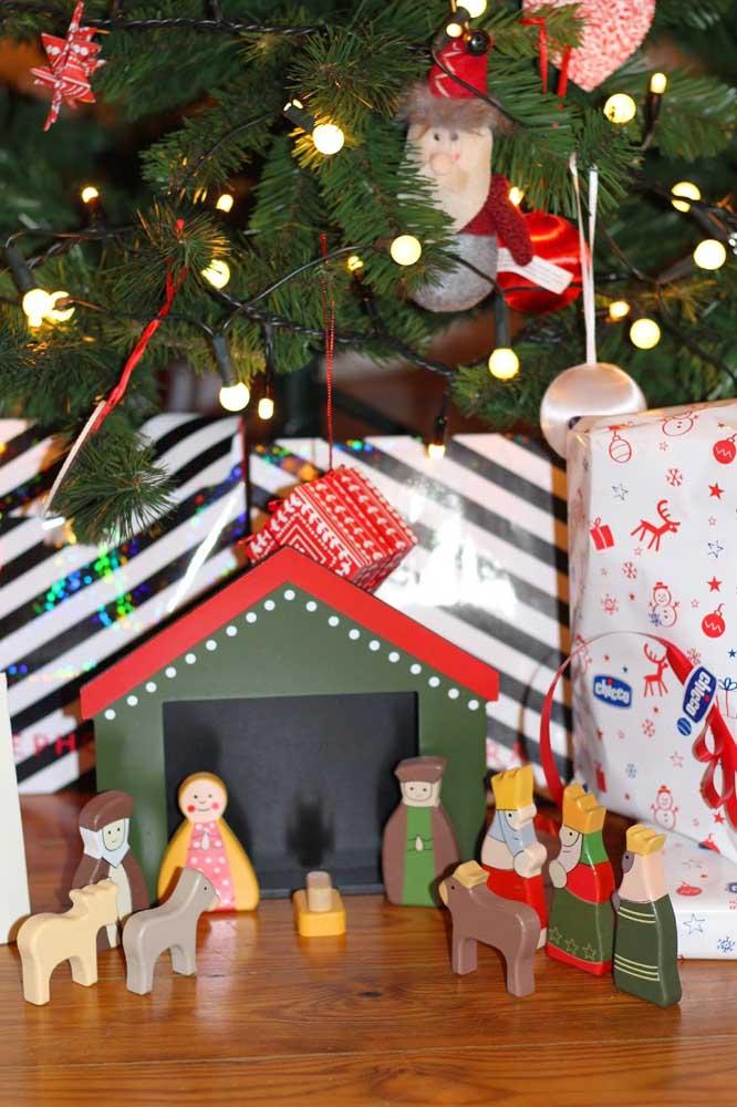 Típico presépio de madeira embaixo da árvore de natal