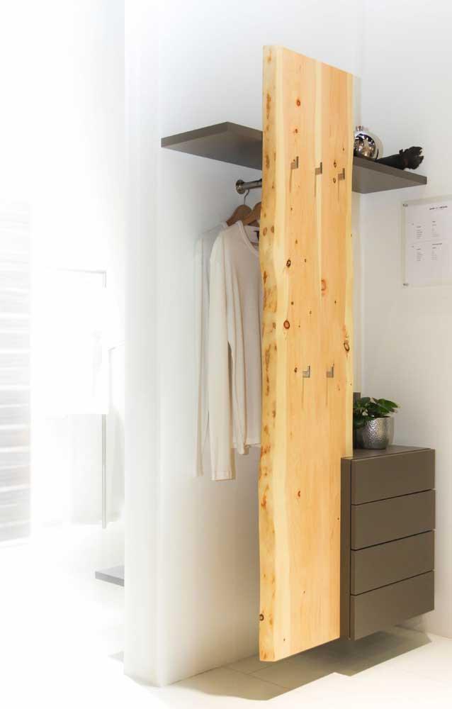 Aqui, a tábua de pinus protege e esconde discretamente as roupas da arara