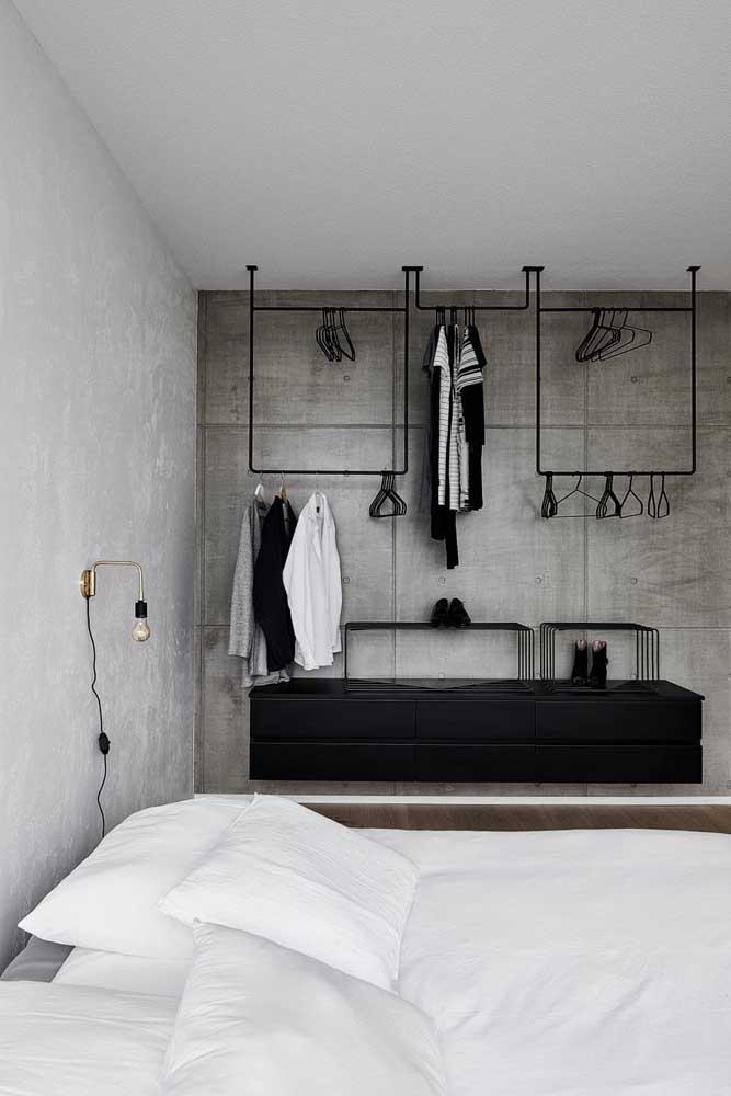 Arara de roupas suspensa no teto do quarto do casal