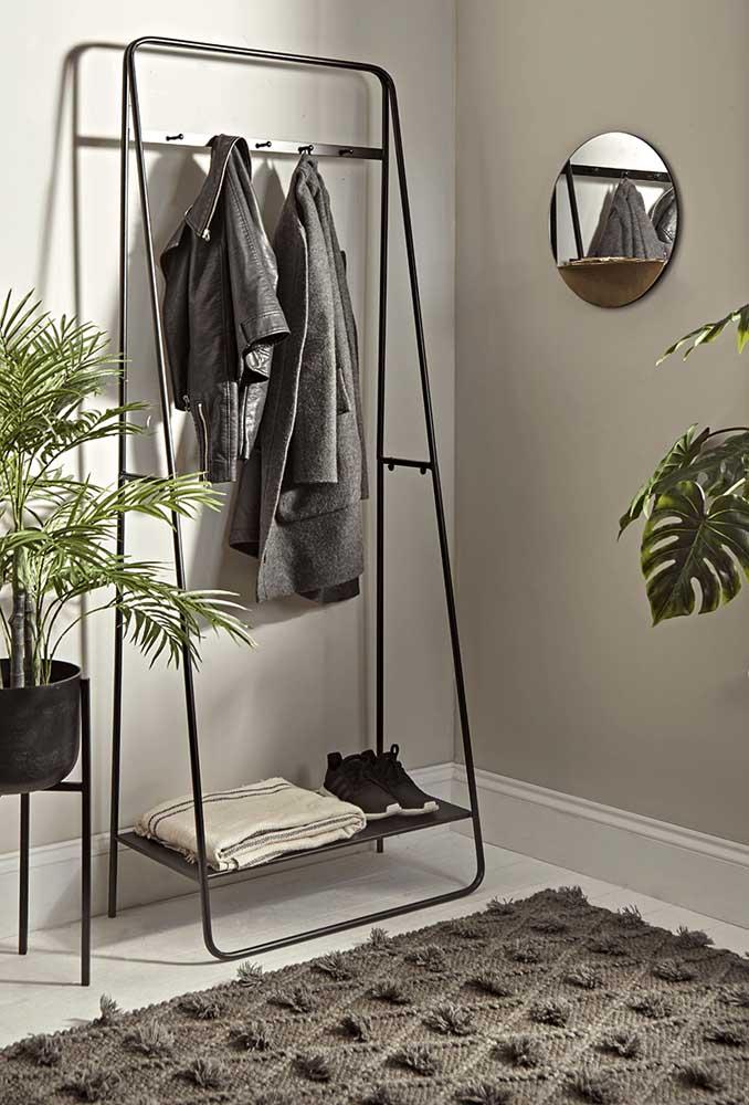 Modelo moderno e minimalista de arara de roupas. Uma boa pedida para hall de entrada