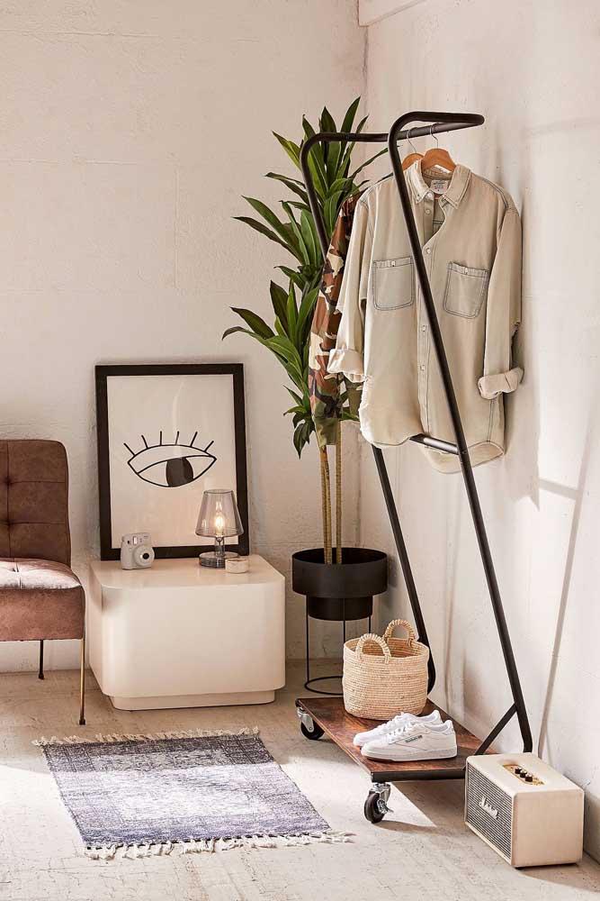 Arara de roupas com rodinha: modelo ainda mais prático
