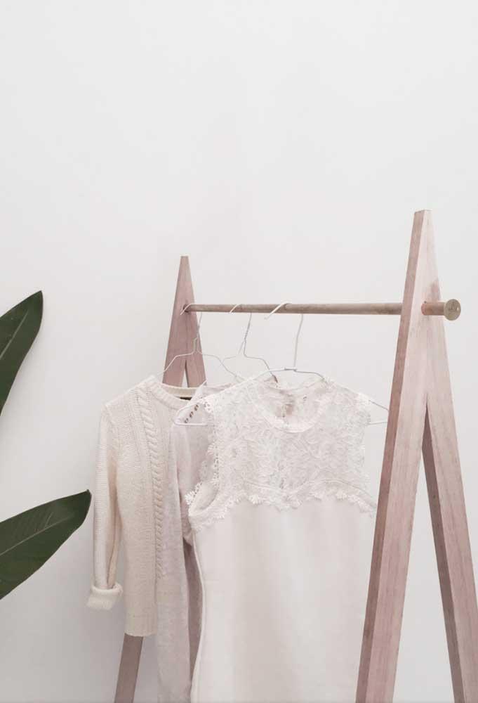 Arara de roupas em madeira clara: perfeita para decorações escandinavas