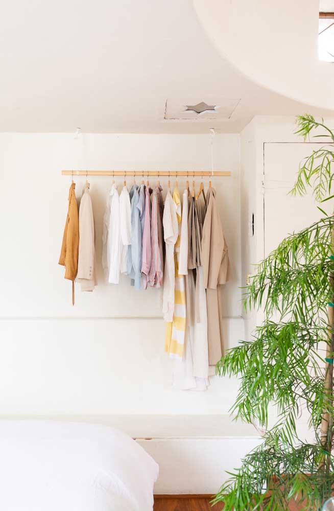 A arara de roupas suspensa no teto é uma das mais fáceis e baratas de ser feita