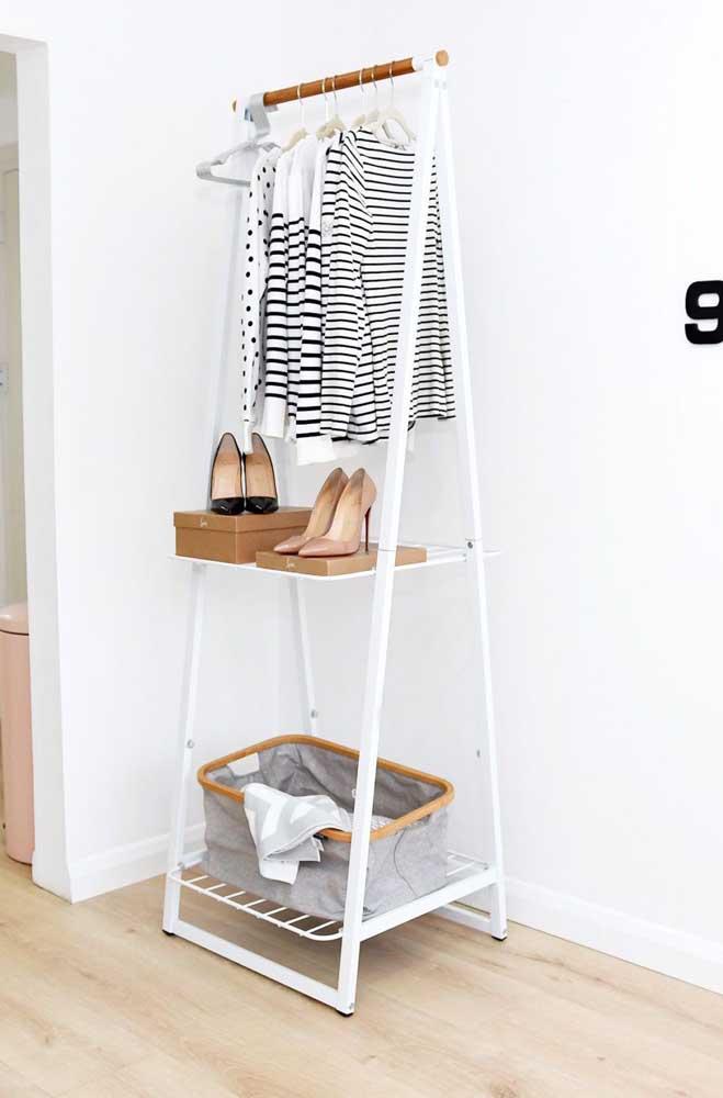 Mini arara de roupas com espaço para prateleira e sapateira