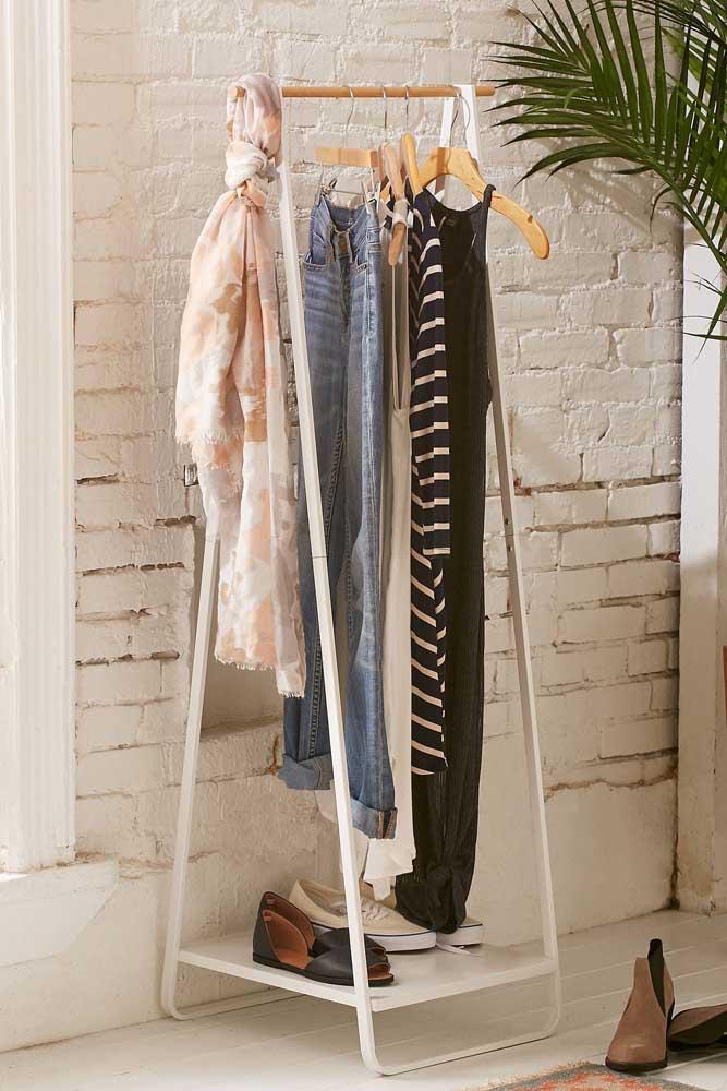Arara de roupas pequena, ideal para colocar apenas as peças do dia a dia