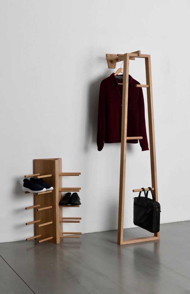 Modelo super original e diferente de arara de roupas. Repare na sapateira completando o conjunto