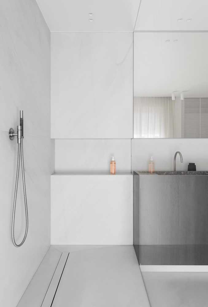 Banheiro clean e moderno em tons de Off White combinados com o gabinete cinza