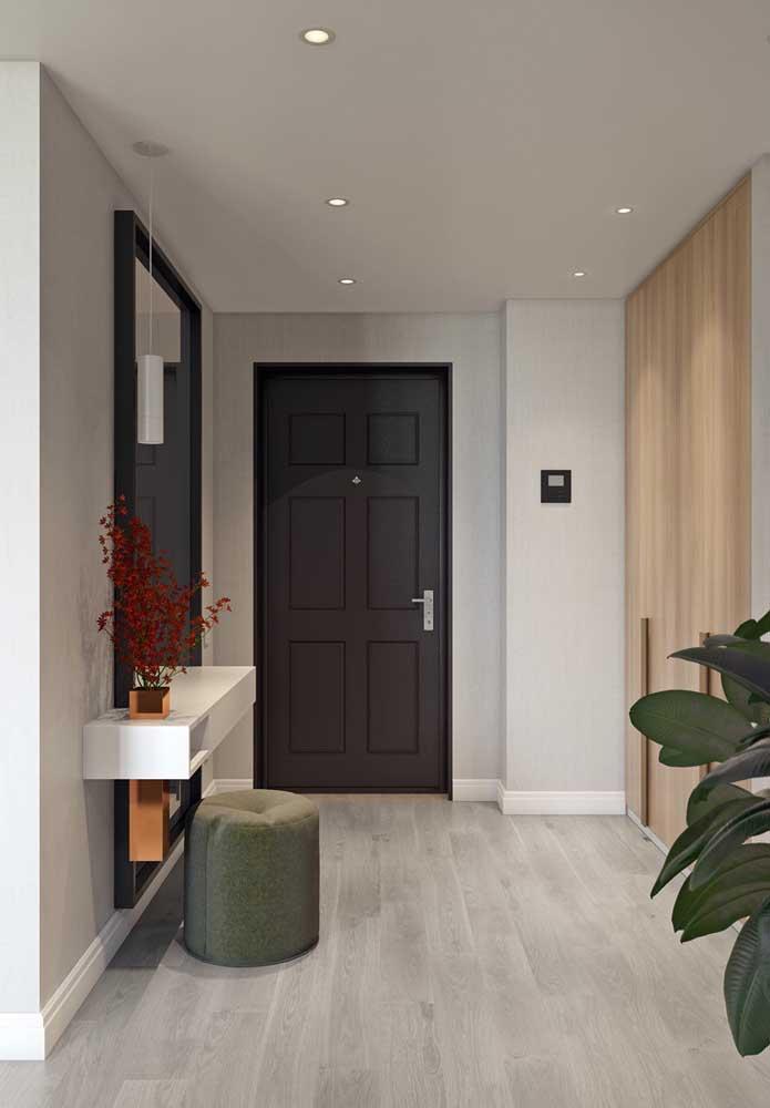 Recepção Off White. Repare que as paredes desse hall de entrada foram pintadas em um tom bem claro de cinza