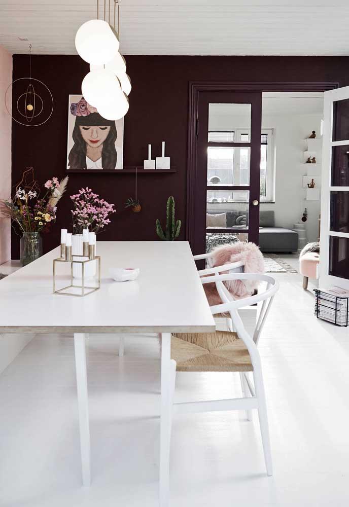 A sala de jantar ficou super contemporânea com a combinação entre Off White e o tom de bordô