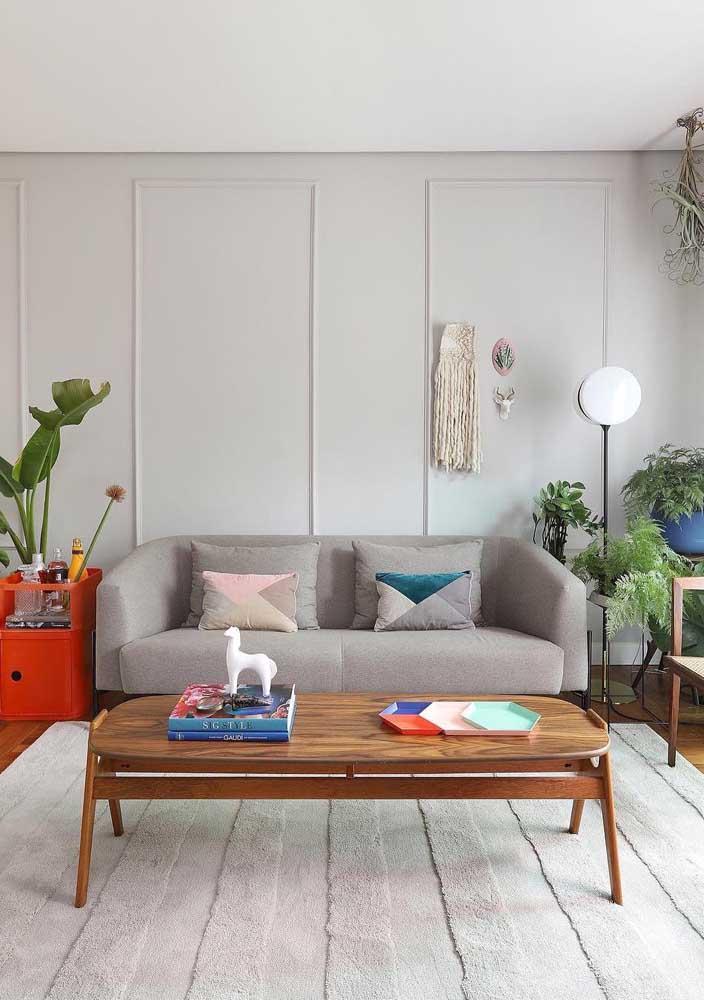Teto, parede, sofá e tapete em Off White