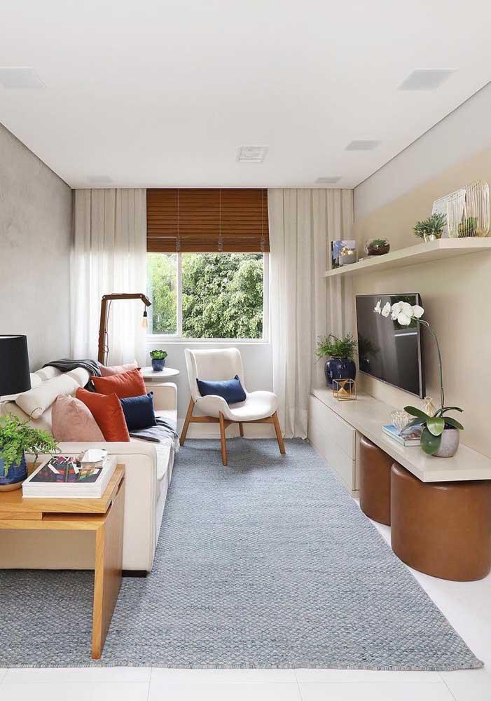 Nessa outra sala de estar, o Off White aparece com maior destaque no sofá, no rack e na poltrona