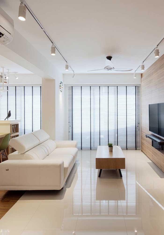 Sala de estar ampla e iluminada com os tons de Off White percorrendo o chão até o teto