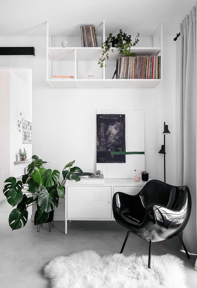 A sala pequena apostou no Off White para se iluminar e parecer maior visualmente