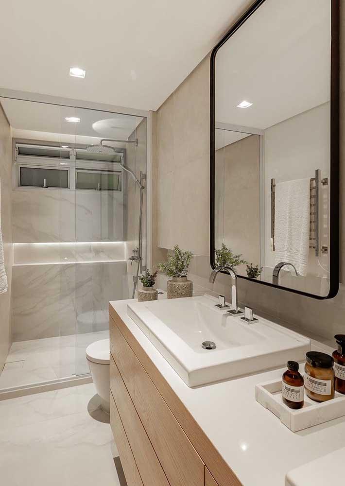 Banheiro pequeno, mas acolhedor e confortável