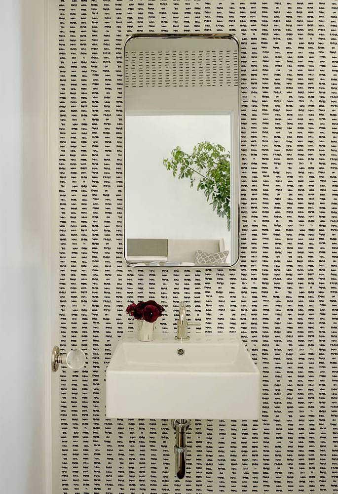 Banheiro simples, mas valorizado pelo uso do papel de parede Off White