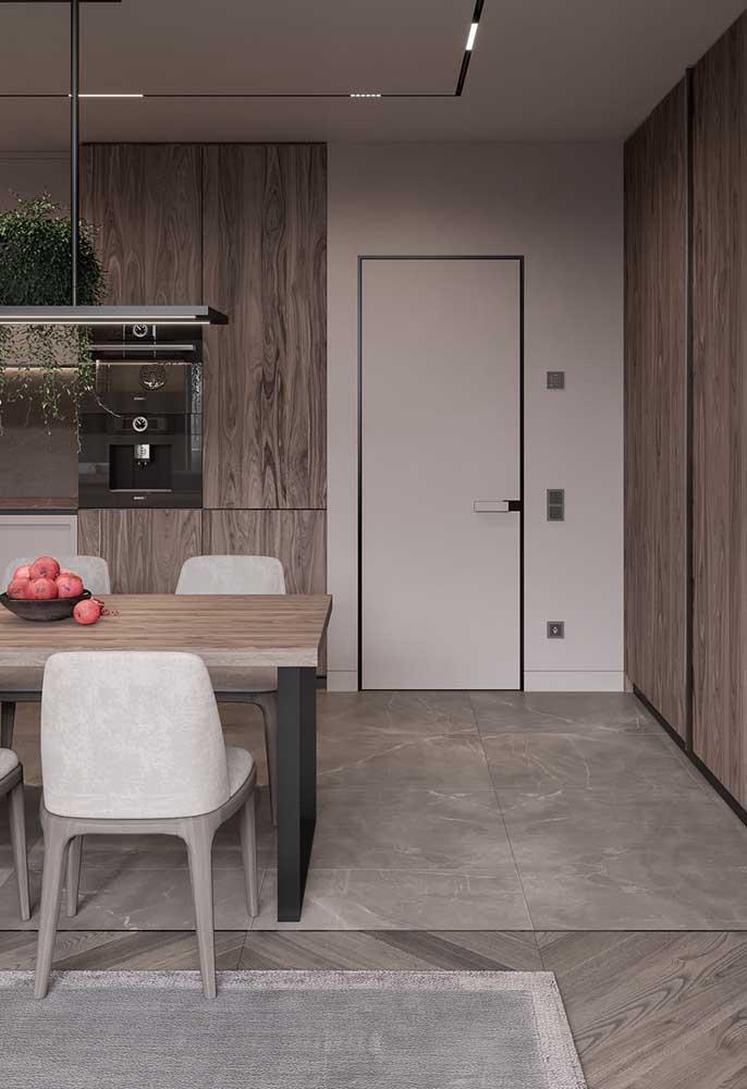Cozinha Off White combinada com elementos em madeira: conforto e acolhimento