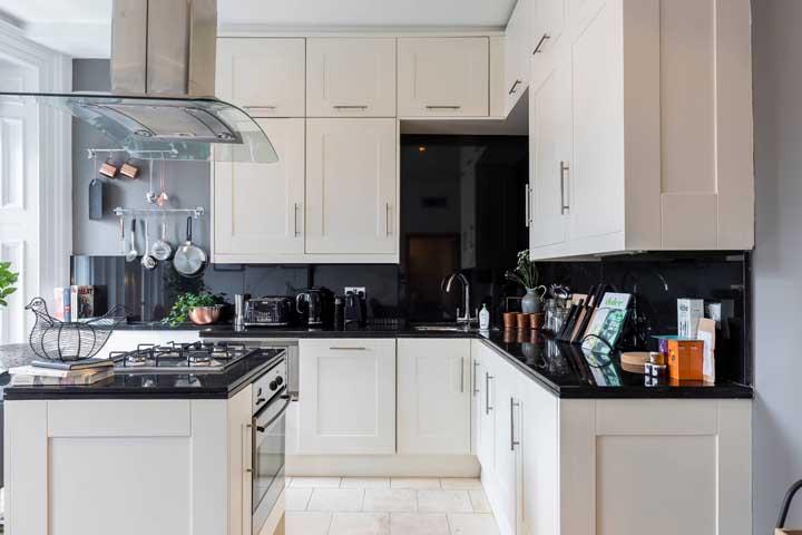 Um luxo essa cozinha Off White com granito preto