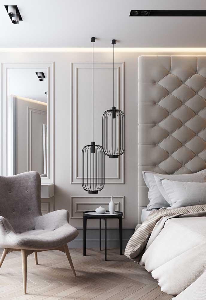 Quarto de casal elegante e sofisticado com paredes Off White e detalhes em cinza e preto