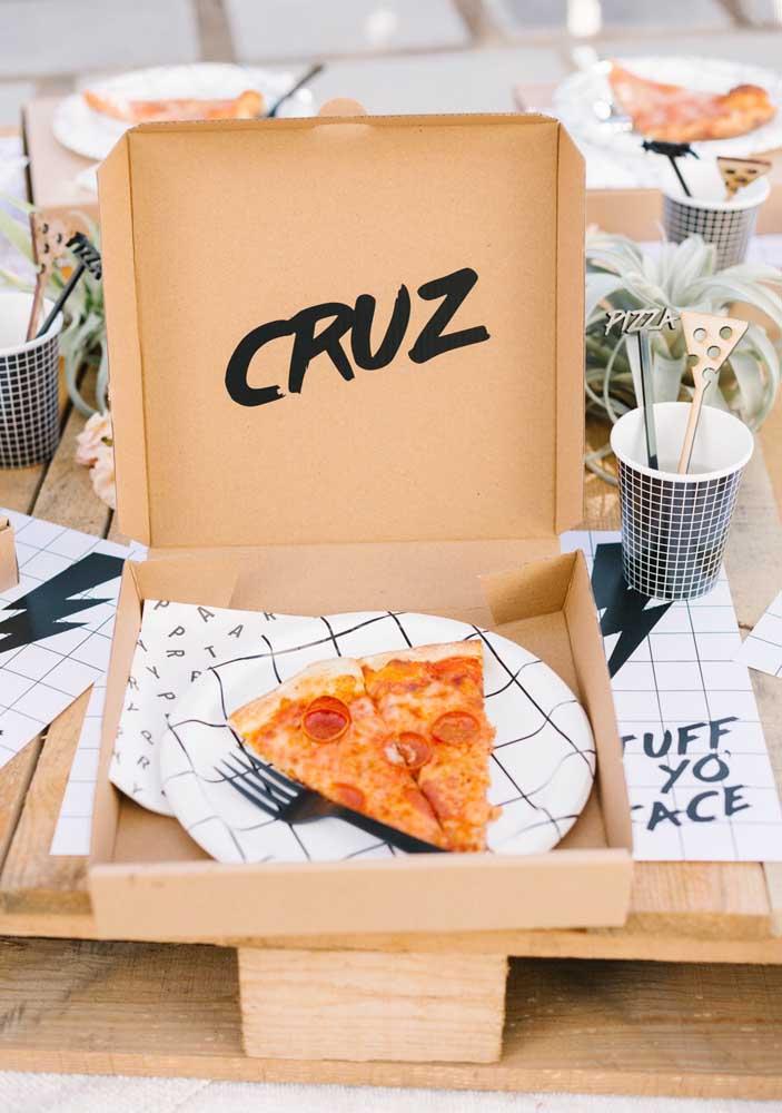 Que tal uma caixa de pizza para cada convidado? Você pode personalizar do jeito que preferir
