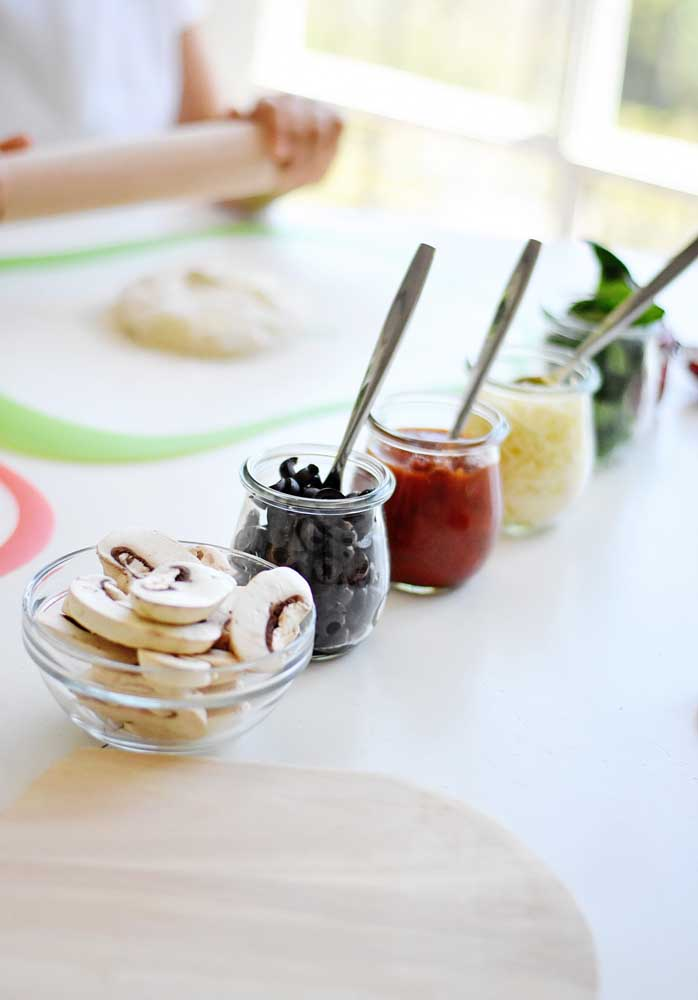 Tomate seco, cogumelos, queijo e azeitonas: o que mais você acrescentaria na lista de ingredientes da noite da pizza?