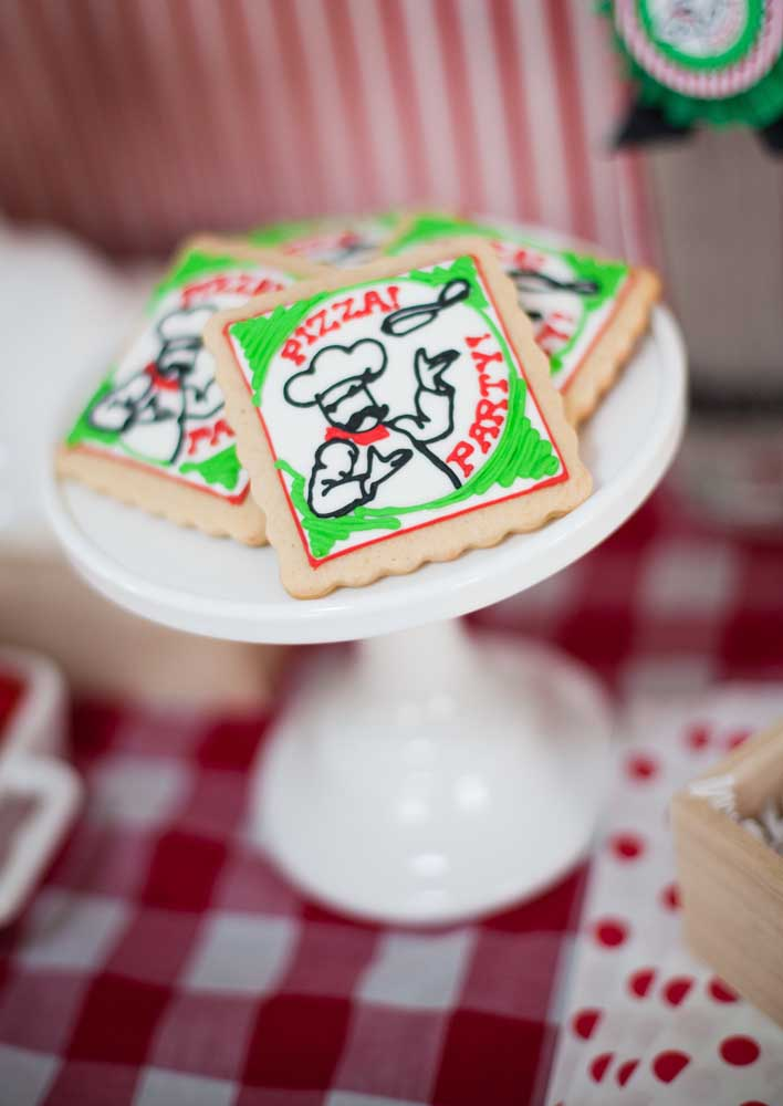 Biscoitinhos personalizados com o tema do evento para os convidados beliscarem antes da pizza