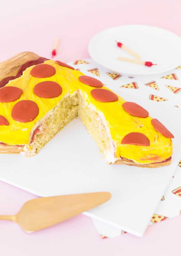 É claro que o bolo teria formato de pizza!