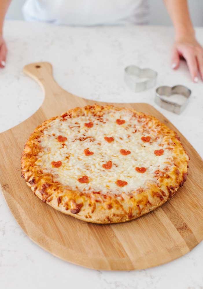 Coraçõezinhos delicados decoram essa pizza de muçarela