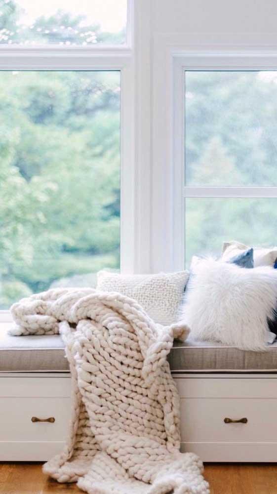 Manta de maxi crochê para decorar e aconchegar o cantinho sob a janela