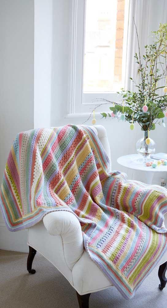 Impossível resistir a essa poltrona com manta de crochê colorida