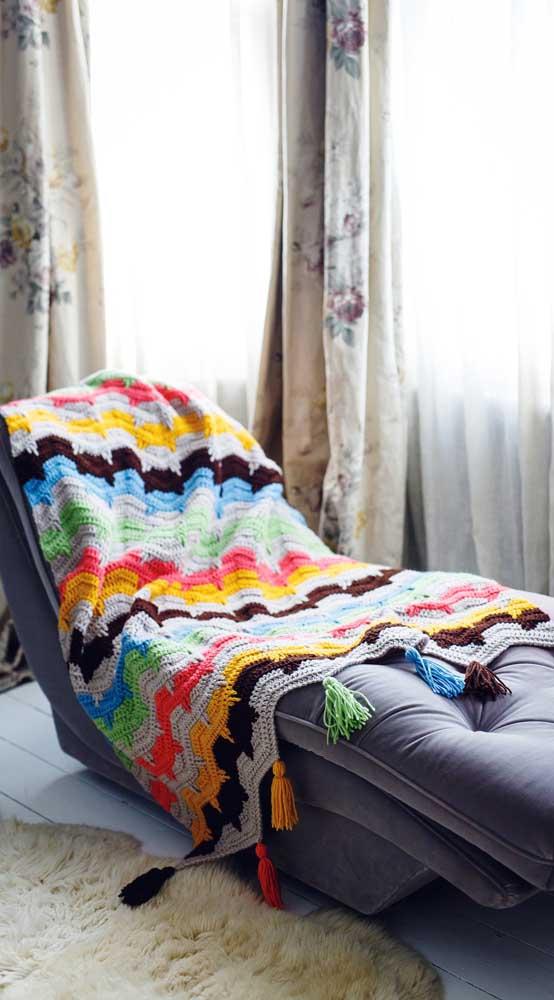Manta de crochê colorida para deixar o divã mais convidativo