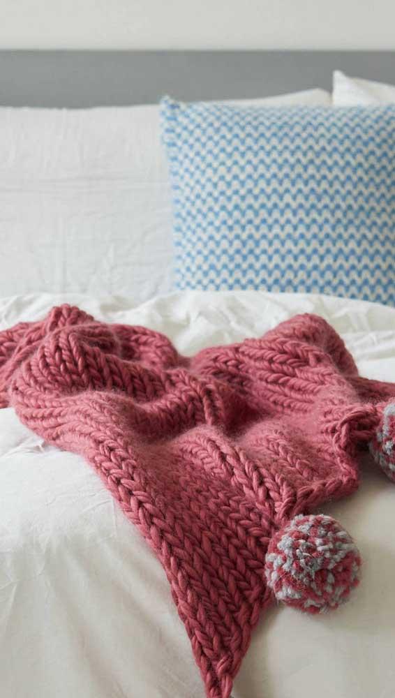 Manta de crochê vermelha com pompon: um convite para ficar na cama por mais tempo