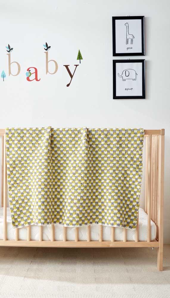 Quando o bebê não estiver usando a manta de crochê, pendure-a no berço. Uma linda peça decorativa