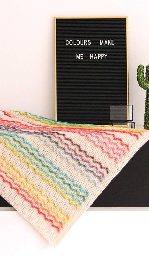 O Chevron colorido dá um toque todo especial essa manta de crochê em tom cru