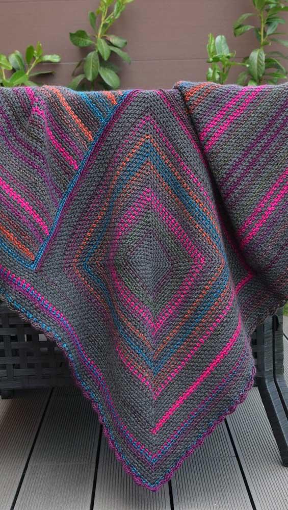 E que tal um modelo de manta de crochê em tons escuros e vibrantes? Lindo contraste!