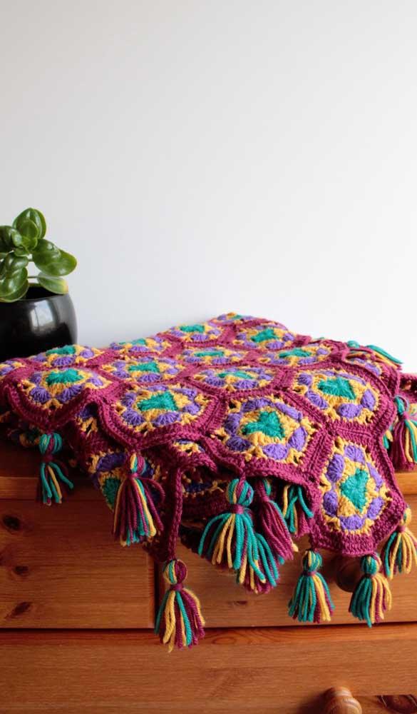 Cores quentes e contrastantes são o destaque dessa outra manta de crochê. O modelo perfeito para uma decor boho