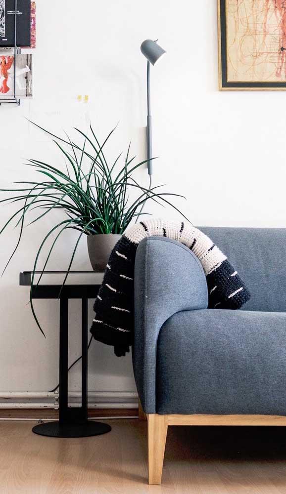 Já para quem prefere apostar no estilo escandinavo, a manta de crochê preta e branca é a ideal