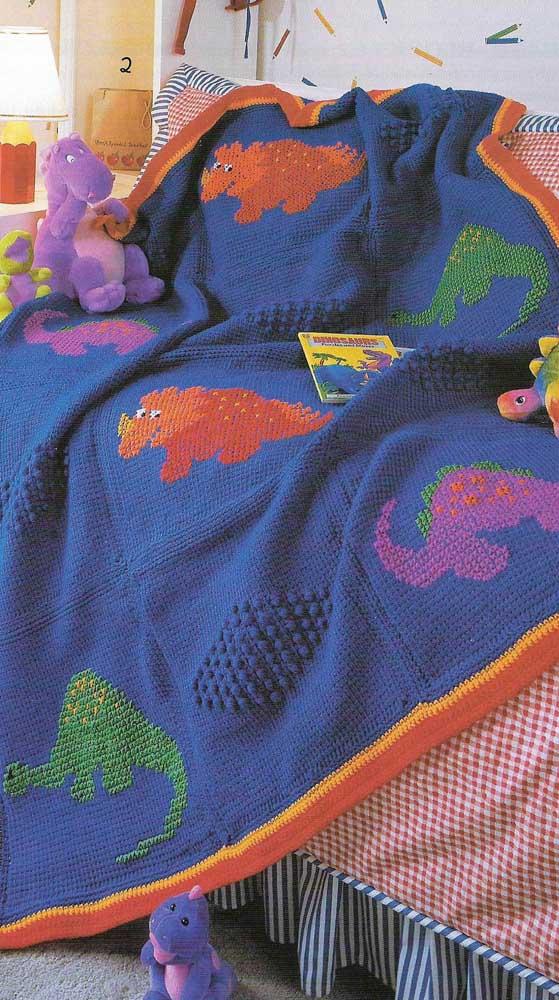 E que tal decorar a manta de crochê infantil com dinossauros coloridos?